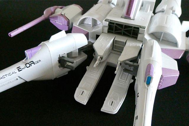 むき出しになった機首部分。左右の砲台をスライド移動させて前に引っ張り出します