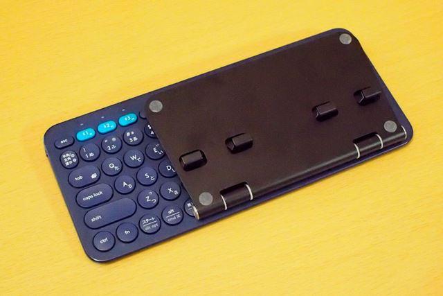 Bluetoothキーボードと重ねたところ。ちょっと厚みが増したかなというくらいでバッグに収納できました