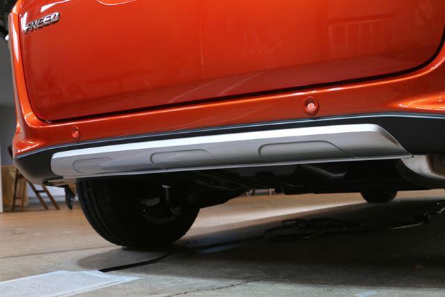 ホンダ「フリードクロスター」では、フロントバンパーやリアバンパーがSUV風の造形となっている