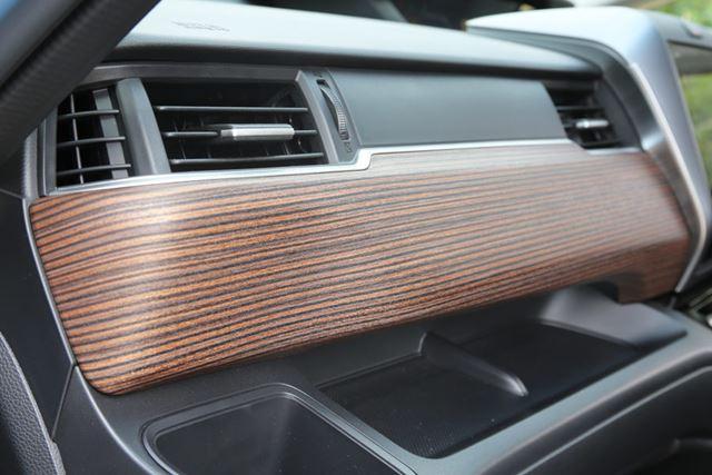 助手席インパネには、ローズウッド調の専用パネルが装着される