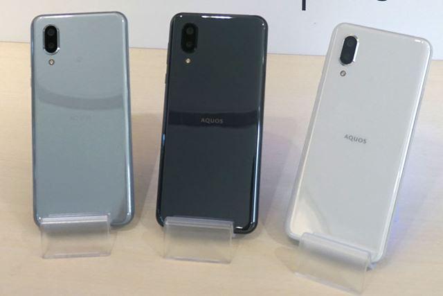 背面はガラスで覆われている。カラーバリエーションは左からムーンブルー、ブラック、ホワイトの3色だ