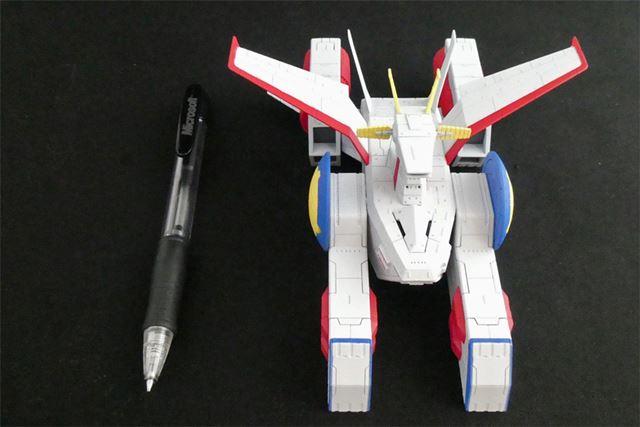 全長は約15cm。一般的なボールペンと比較するとこのように。大きさがイメージできるでしょうか?