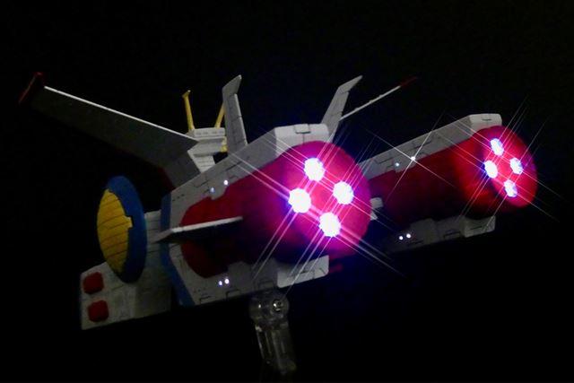 メインエンジン部分は青白く光るのですが、写真では赤っぽく写りますね