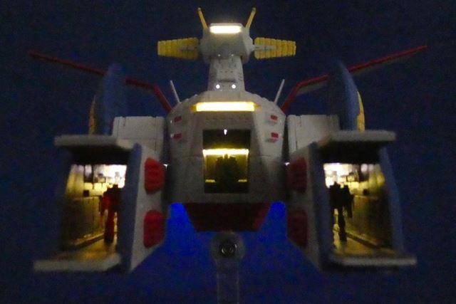 MSデッキ内や格納庫の内部も点灯。モビルスーツ発進スタンバイ!