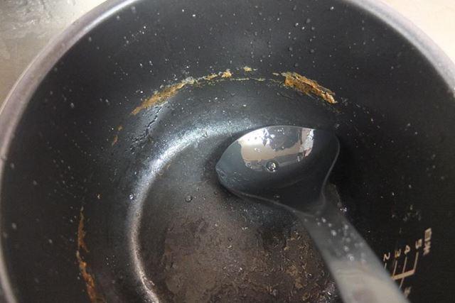 豚角煮を作った際の鍋のアク汚れもこの程度。こびり付きも弱く、スポンジで簡単に落とせました