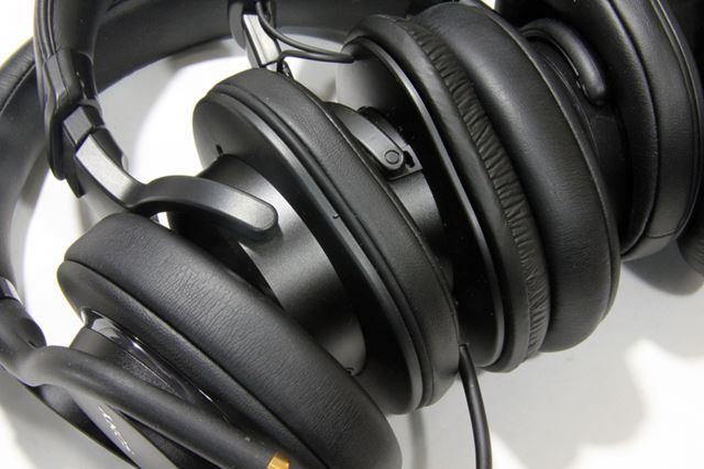 イヤーパッドの厚みを比較。左から「MDR-1AM2」、「MDR-M1ST」、「MDR-CD900ST」の順だ