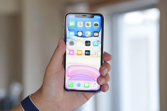 6.1インチのiPhone 11もスマートフォンとしては大型だが、194gとこちらは200gを切っている