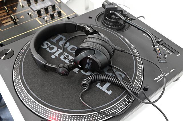 DJヘッドホン「EAH-DJ1200」。「SL-1200MK7」と統一感を図ったマッドブラックの外観を採用