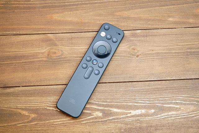 付属リモコンは音量操作と入力切り替え、Android dTVなどを最小限のボタンで操作できるデザインだ