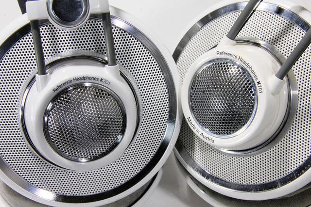 """ハウジング部にプリントされている、""""Reference Headphones K701""""の書体が異なる"""