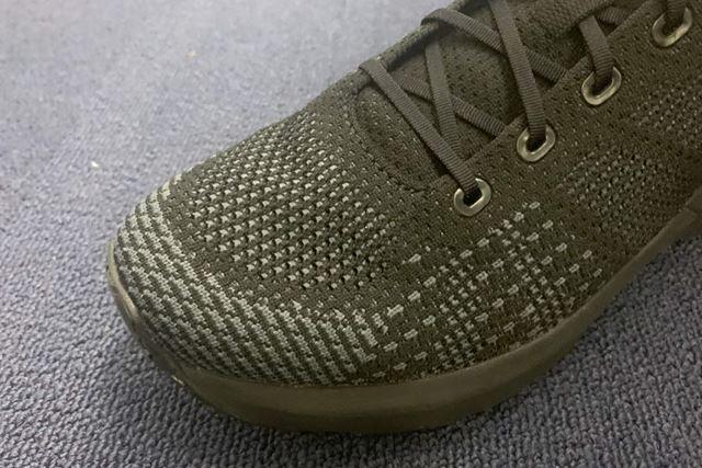 スタイリッシュな雰囲気のアッパーには、足をやさしく包む軽量ニット素材を使用