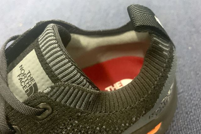 履き口部分は、凹凸を設けることで高いフィット性を追求。走行時のかかとの浮きも防止してくれる