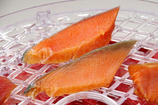 塩紅鮭のスライス。これは間違いなくおいしくなるはず