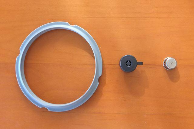 ふたに装着したパッキン(左)、おもり(中央)、調圧弁キャップ(右)は毎回洗います