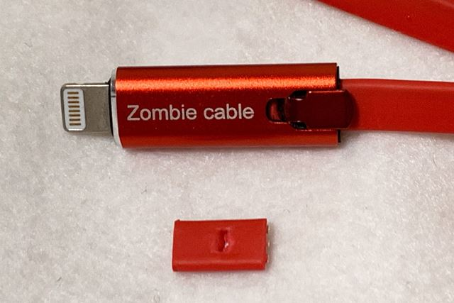 ケーブルにコネクター部を差し込み、フラップを下げれば固定されます