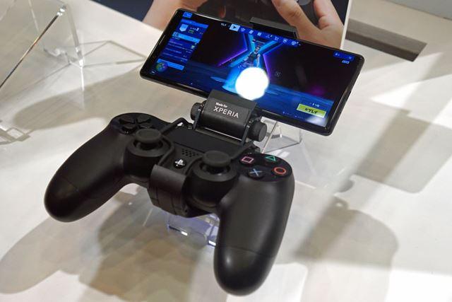 PS4用のDUALSHOCK4用のアタッチメントも発表された。接続はBluetoothで行う