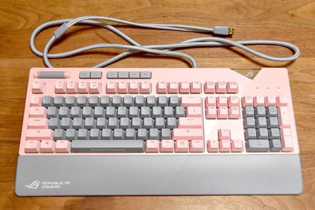ROG STRIX FLARE PNK LTD。ピンクのキーと、グレーのキーのコントラストがキレイです