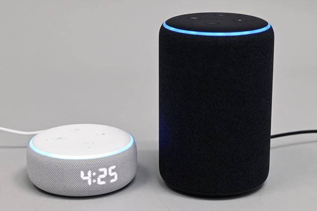 Amazon「Echo Dot With Clock」(写真左)と第3世代「Echo」(写真右)