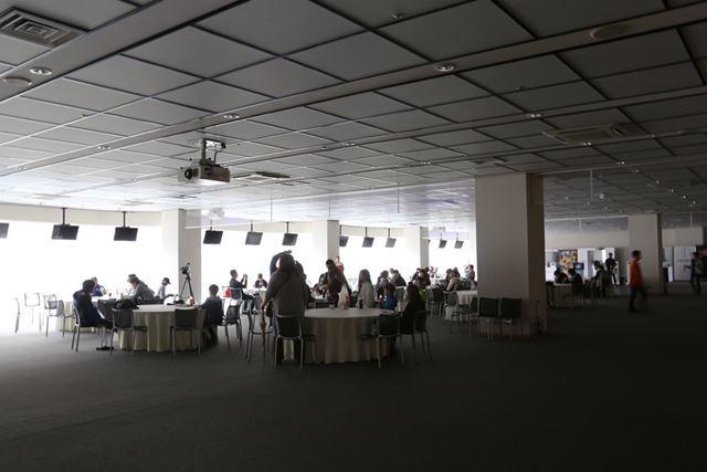 富士スピードウェイの停電により、開会式前のイベント会場は明かりが点かず、真っ暗となっていた