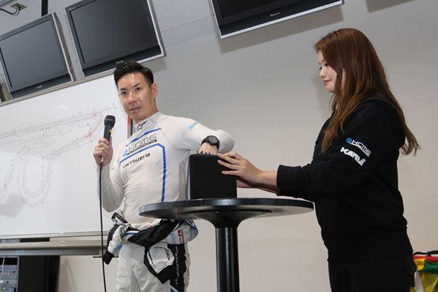 講座のあとは、可夢偉選手とレーシングカーで同乗走行できる抽選会も開かれた