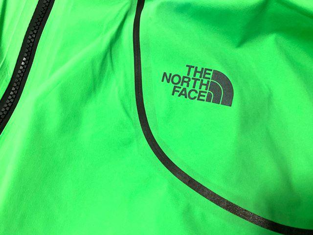 胸の「THE NORTH FACE」ロゴはリフレクター仕様で、夜間走行時の安全性を高める