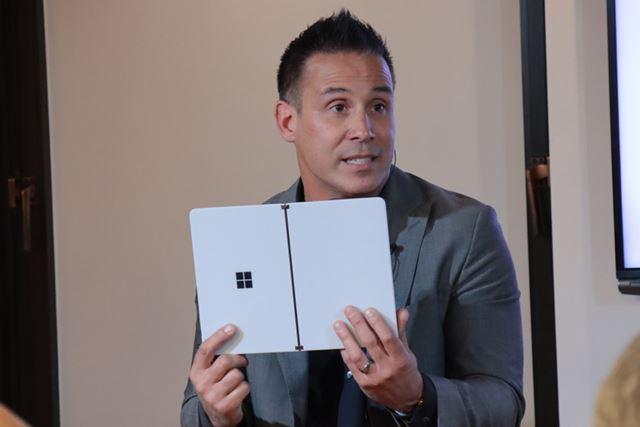 Surface Neoを手にするマット・バーロゥ氏