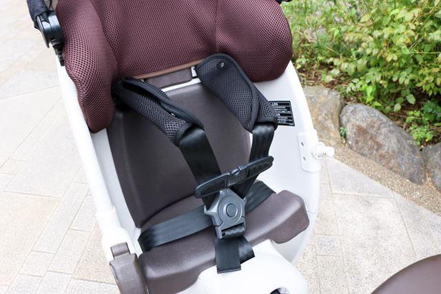 ベルトは安全性の高い5点式を採用。ホールド性を高めるチェストベルトも装備されている