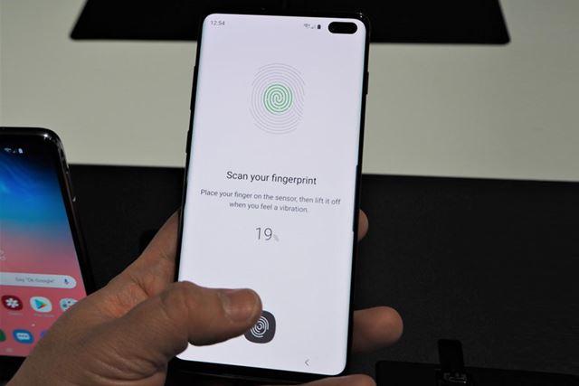 指を添えるだけで端末のアンロックを可能にする超音波指紋認証センサー