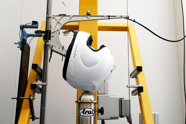 JIS規格、SNELL規格ともに、アンビルと呼ばれる鋼鉄製の部品が設置された装置で落下テストが行われる