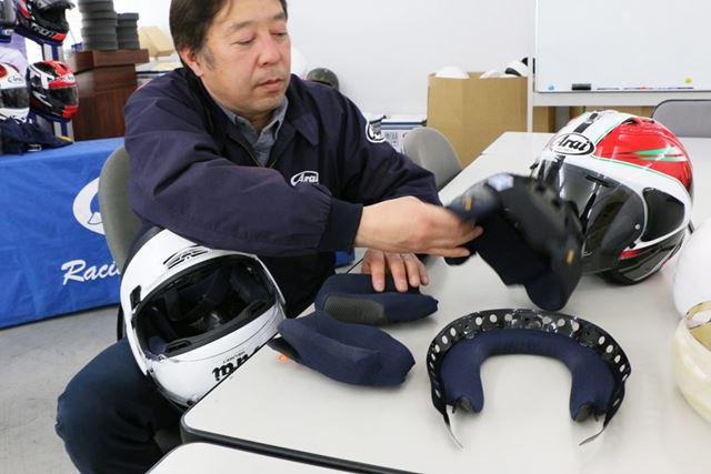 アライのヘルメットは内装を取り外せるようになっているが、ハイグレードなモデルほど外せる部分が多い