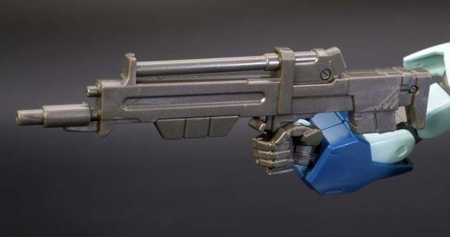 ビーム・ライフルは手首パーツ内の凹凸形状と合わせて持たせるため、ガッチリと保持されます