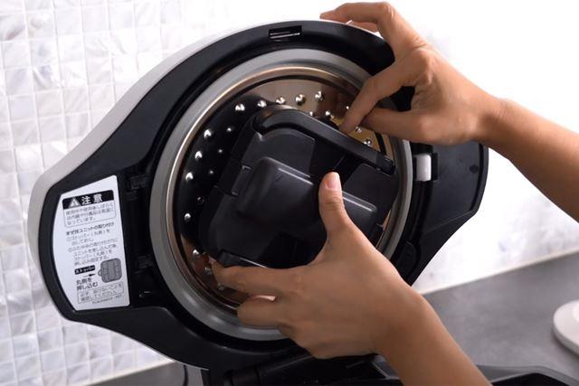 本体のフタに「まぜ技ユニット」を取り付けるのをお忘れなく。カレーを自動でかき混ぜてくれるパーツです