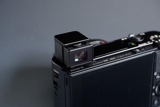 EVFはポップアップ式で視度調整機能を備える。収納時にカメラの電源をOFFにできる機能も用意されている