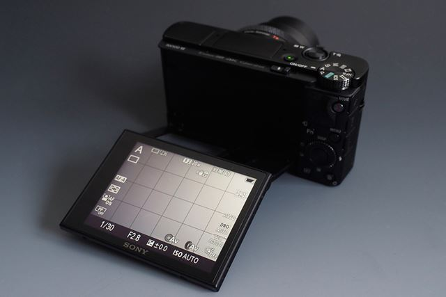 3.0型液晶モニターは上方に約180度反転して自撮り対応のチルト式