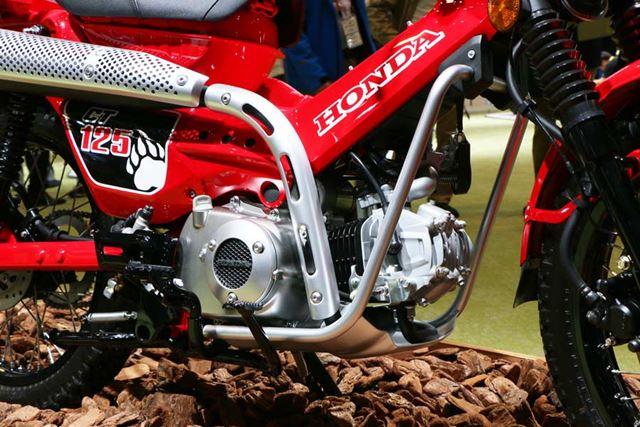 エンジンを保護するために、周辺には頑丈そうなスキッドプレートを装備