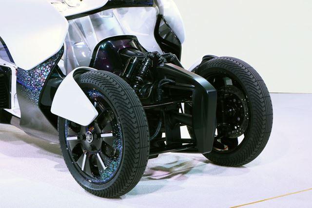 「NIKEN」の前輪機構とは異なるが、車体とタイヤを傾けて曲がるという思想は同じ