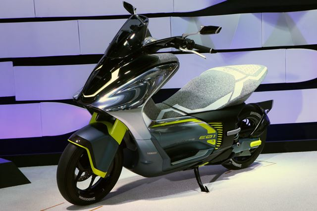 125ccクラスの出力を持つ「E01」は急速充電に対応。ある程度の距離のツーリングもこなせそうだ