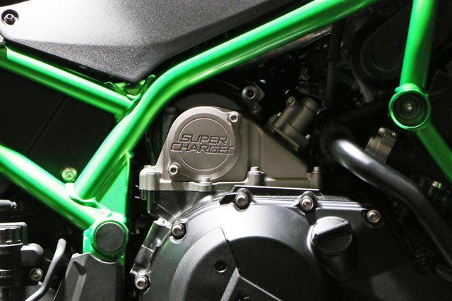 エンジンにはスーパーチャージドのロゴが刻まれる