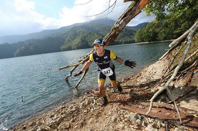 立木をくぐったり、湖の中をザブザブ走ったり。まさに「非日常」という言葉がぴったりのランコース