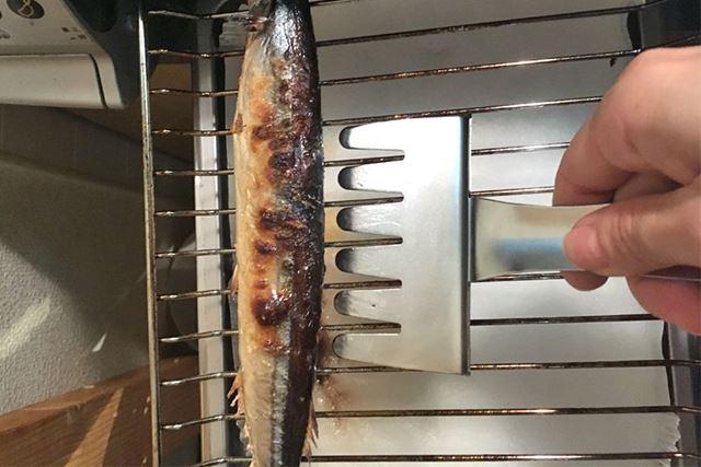 「魚とって」の切りこみを焼きアミに合わせます