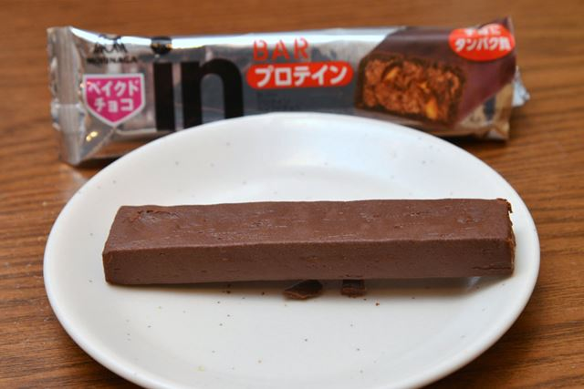 表面はチョコレートでコーティングされています