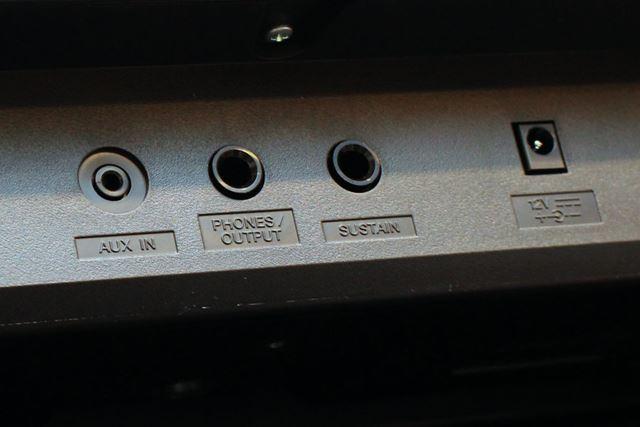 背面には、AUX INやサスティンペダルを接続できるポートも付いています