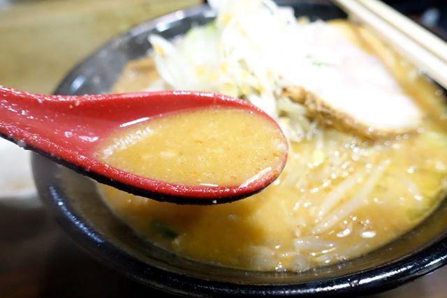 豚骨と鶏ガラの旨みが凝縮した、トロトロ辛味噌スープ。野菜の旨みまで凝縮されているよう