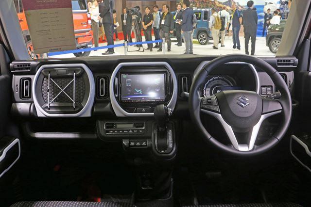 新型「ハスラー」のインテリアは、センターコンソール上と助手席に新たなフレームデザインが採用されている