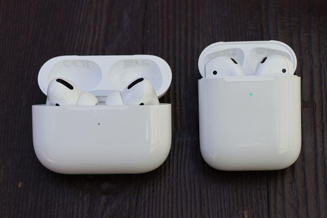 左がAirPods Pro、右が2代目のAirPods。ケースは横長に形が変わっている