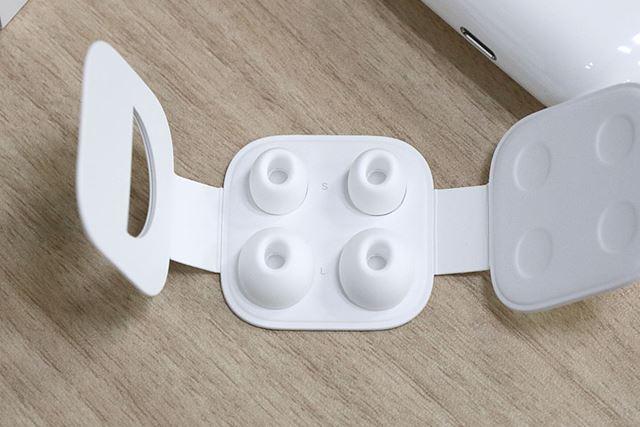 イヤーチップはMサイズが標準で装着されており、LサイズとSサイズが同梱されている