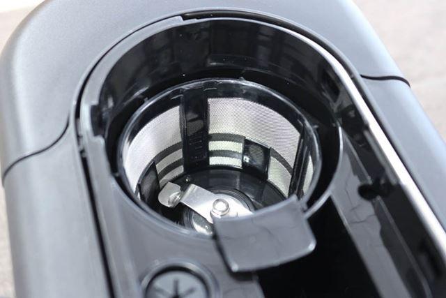 プロペラ式のミルを搭載。いつでも挽きたての豆でコーヒーを淹れられます。なお、コーヒー粉にも対応可能