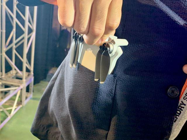「Mavic Mini」は、折りたたんだ状態だとポケットにすっぽり入ってしまうほどのサイズ