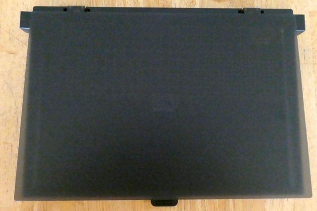 閉じた状態です。ほぼA4サイズの薄いボックス型で、ノートパソコンみたいですね