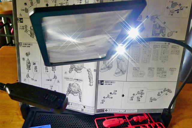 実はルーペにもLEDライトが付いているので、かなり手元が見やすくなります